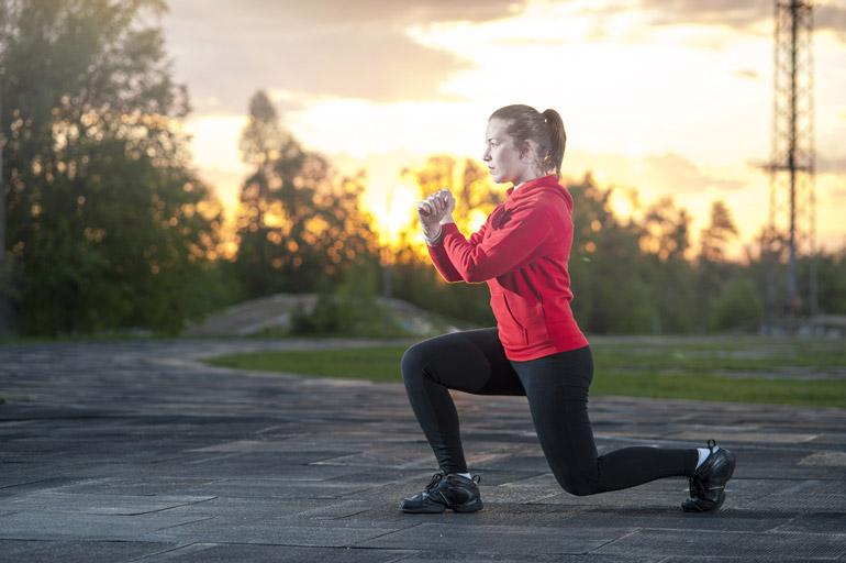 woman doing Split Squats outdoors